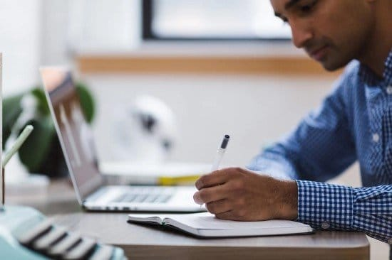 Persona estudiando curso de SAP