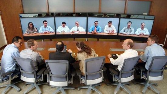 Gente comunicándose por videoconferencia