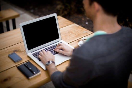Hombre usando una notebook