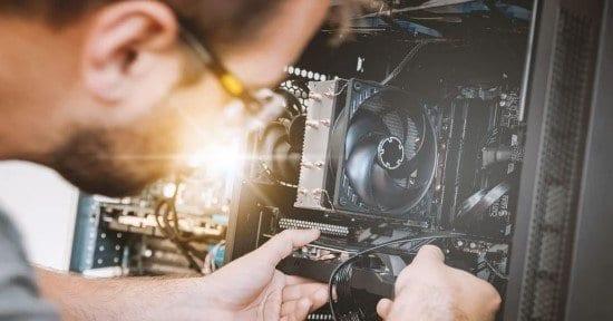 Hombre reparando una computadora