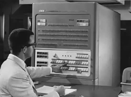 Hombre operando la mainframe IBM 704
