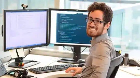 Hombre escribiendo lenguaje de programación