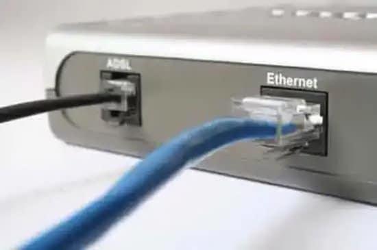 Módem con cable de ADSL y Ethernet