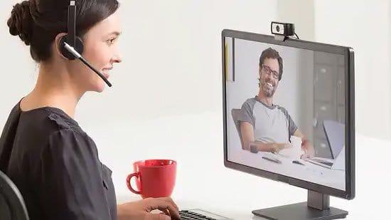 Mujer usando cámara web para videollamada