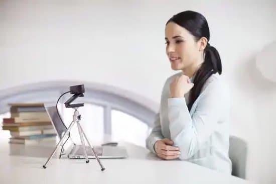 Mujer usando cámara web con tripode