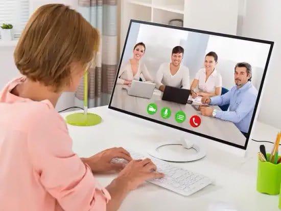 Mujer en videoconferencia