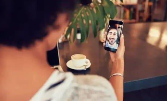 Mujer en videoconferencia con teléfono Android