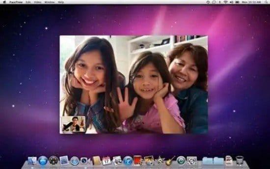 Familia en videoconferencia con FaceTime en la computadora