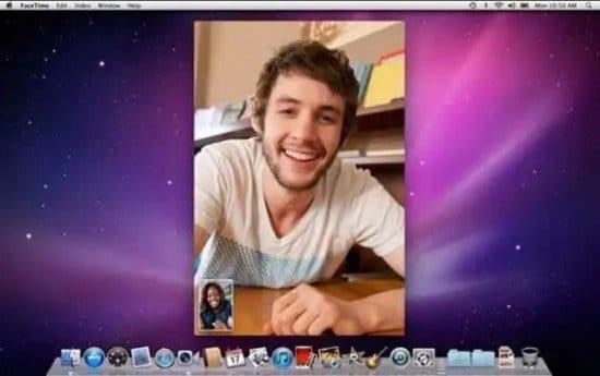Hombre en videoconferencia con FaceTime