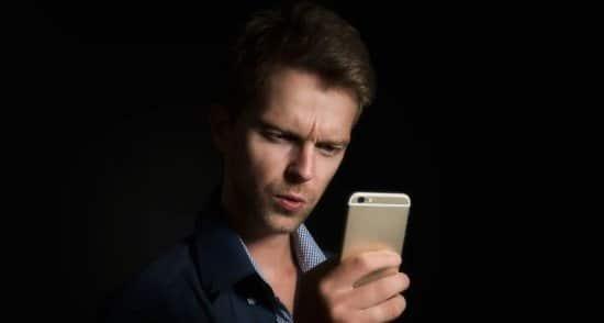 Hombre espiando el celular de su pareja