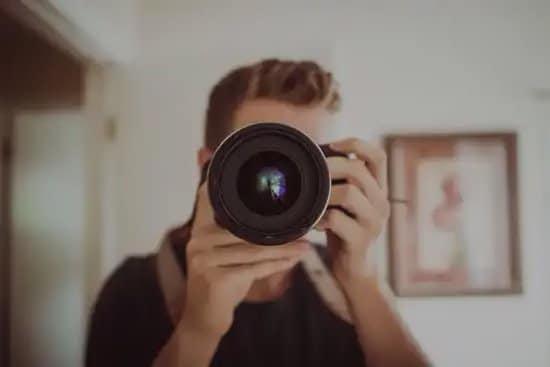 Hombre filmando un video con su cámara