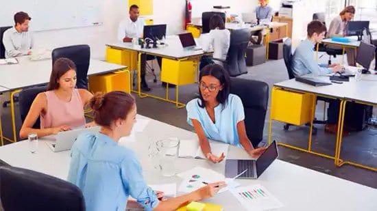 Gente trabajando con computadoras