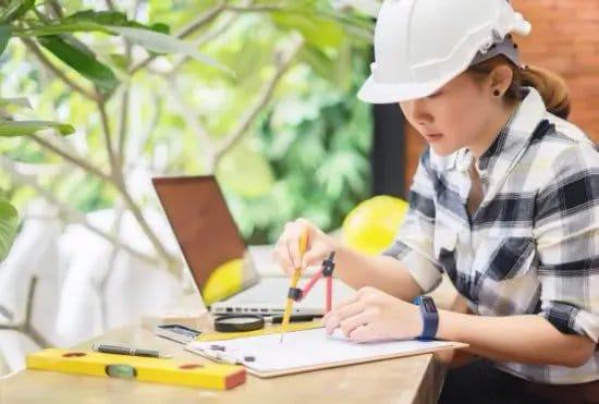 Arquitecta elaborando un plano