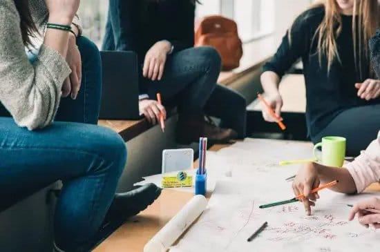 Estudiantes de arquitectura diseñando un plano